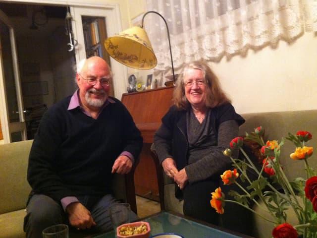 Der Radiojournalist und Musiker Moshe und die Literaturhistorikerin Itta Shedletzky in ihrem Wohnzimmer.