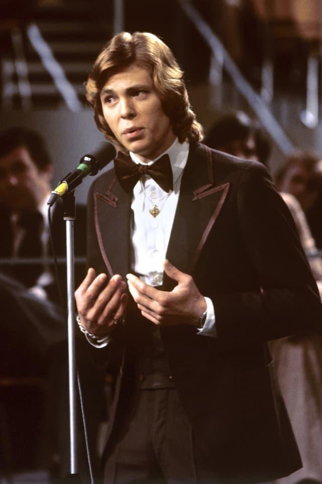 Jürgen Marcus trägt in Frankfurt am Main sein Lied «Ein Lied zieht hinaus in die Welt» bei der deutschen Vorentscheidung zum Grand Prix d'Eurovision de la Chanson vor.