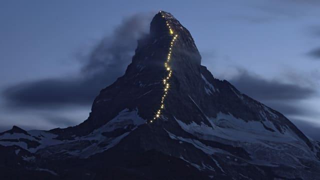 Matterhorn mit beleuchtetem Pfad in der Dämmerung