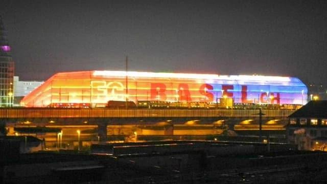 Beleuchtetes Fussballstadion mit Schriftzug Basel.ch