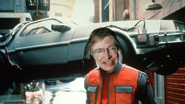 Collage: Zeitmaschine aus dem Film; Portrait Stephen Hawking