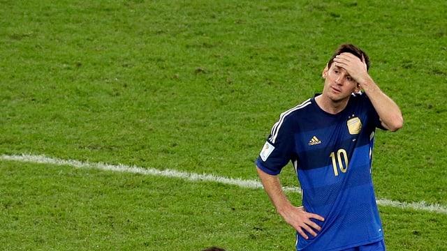 Messi fährt sich mit einer Hand über die Stirn, nachdenkliches Gesicht.