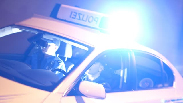 Polizeipatrouillenfahrzeug im Einsatz mit Blaulicht