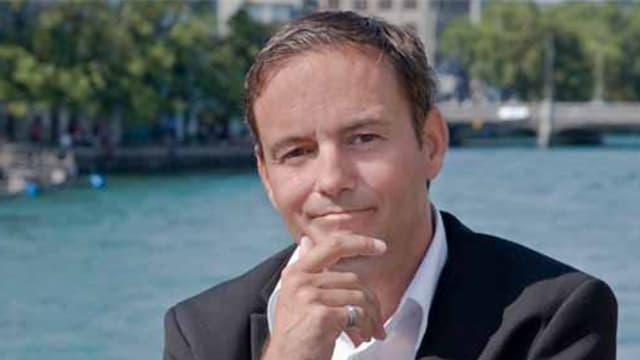 Martin Naef, im Hintergrund ist ein Gewässer zu sehen