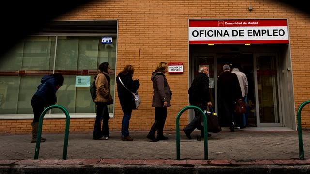 Menschenschlange vor einem Arbeitslosenzentrum in Madrid.