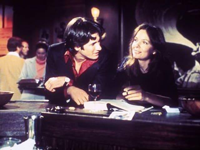 Mann und Frau an Bar.