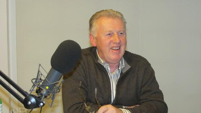 Reinhard Frei im Radiostudio, vor ihm ein Mikrofon