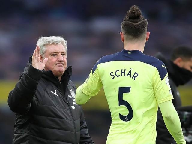 Newcastle-Coach Steve Bruce und Verteidiger Fabian Schär.