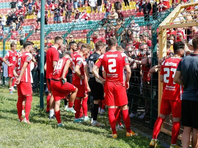 Kaiserslautern-Spieler müssen sich vor den Fans erklären.