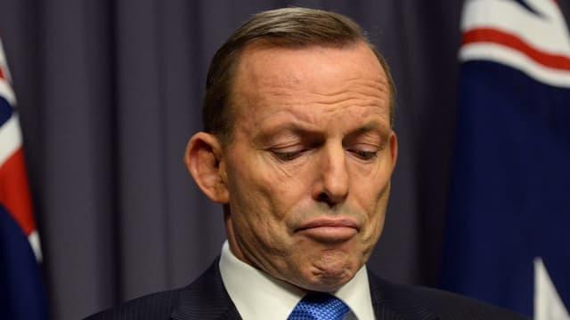 Tony Abbott blickt zu Boden.