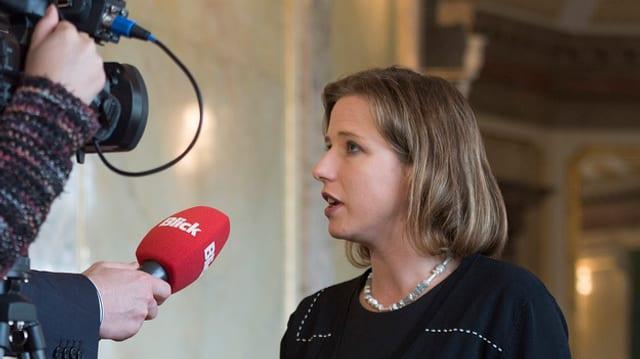 Christa Markwalder gibt vor einer Fernsehkamera ein Interview