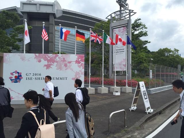 Flaggen vor G7-Treffen.