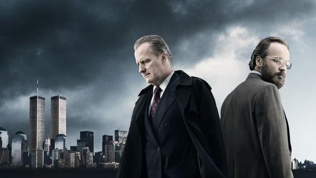 """Die beiden Hauptfiguren von """"The Looming Tower"""" stehen neben den Twin Towers."""