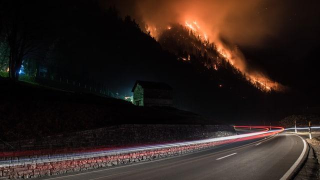 In der Nacht sind die rötlichen Flammen im Misoxerwald klar zu erkennen.