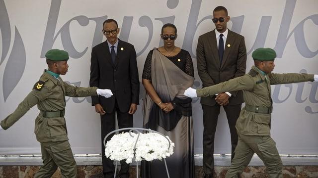 Ruandas Präsident Kagame, seine Frau und sein Sohn bei der Gedenkfeier für den Völkermord.