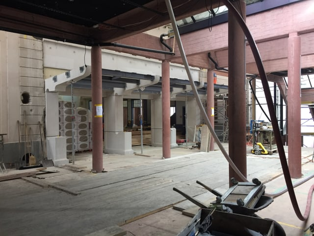 Säulen und Schläuche auf einer Baustelle.