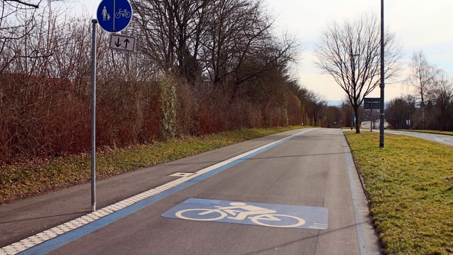 Breite Velobahn in Deutschland mit Radfahrer-Symbol