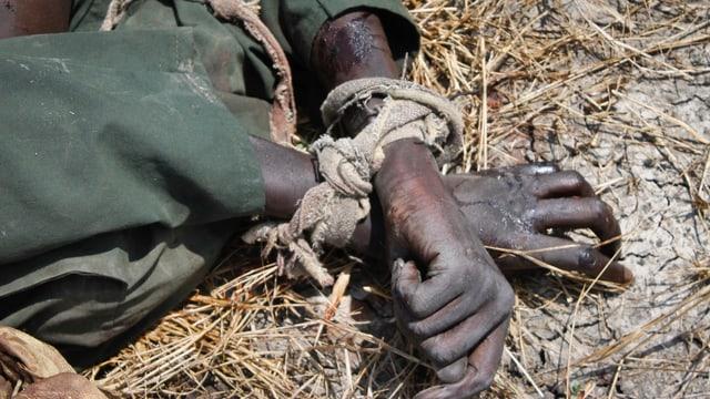 Gefesselte Hände eines getöteten Soldaten