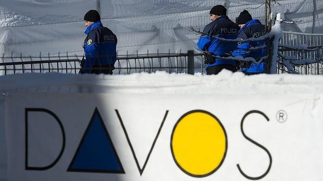 Polizia davos banner Tavau.