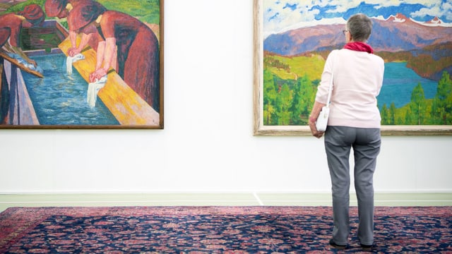 Frau steht vor Gemälde