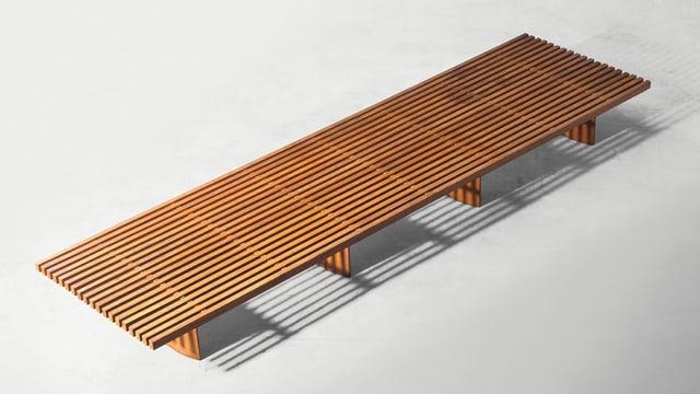 Eine Holzbank.