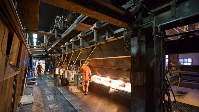 Ein Mitarbeiter der Stahl Gerlafingen AG arbeitet in der Produktionshalle des Unternehmens in Gerlafingen im Kanton Solothurn.