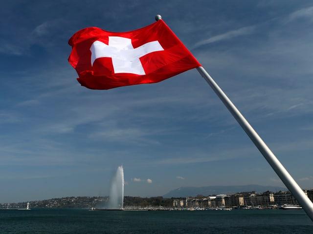 Schweizerfahne, See, gigantischer Springbrunnen.