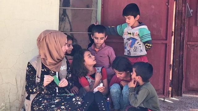 Die Sozialarbeiterin Nisreen Younis spricht mit den Jesiden-Kindern in Sindschar