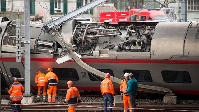 Gekippter Zug und Bahnhelfer