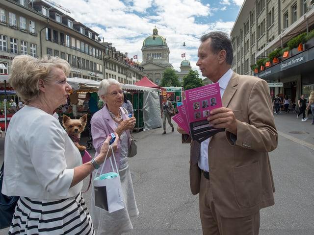 Philipp Müller verteilt Flyer in Bern