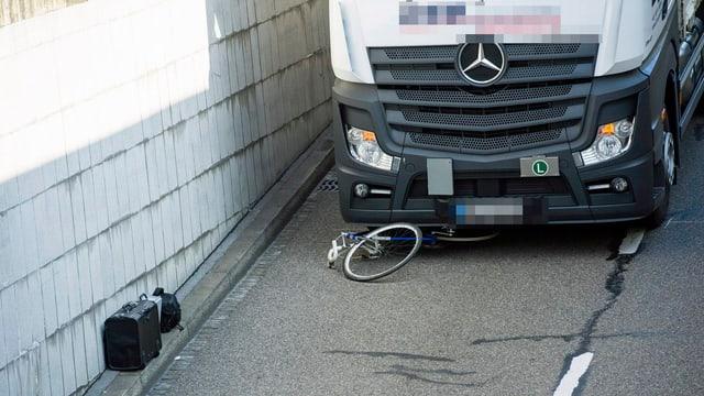 Ein Fahrrad liegt unter einem Lastwagen am Hauptbahnhof im September 2013 in Zürich. Gemäss Polizei wurde ein Radfahrer von einem Lastwagen schwer verletzt. (keystone)