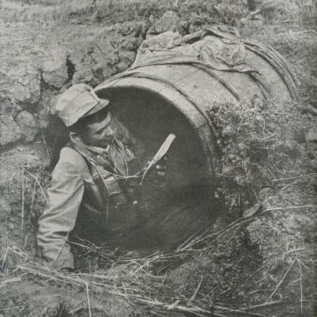 Ein Soldat liest in einem Unterschlupf.