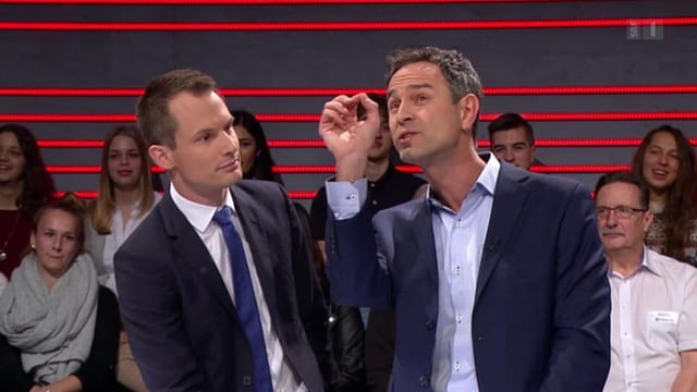 Moderatur Jonas Projer e Daniele Ganser vid discutar.