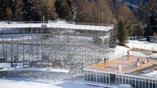 Das Gerüst der Zieltribüne in St. Moritz
