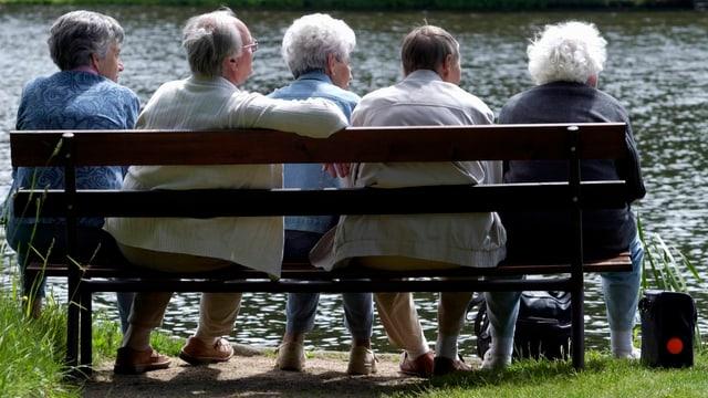 Senioren auf Bank
