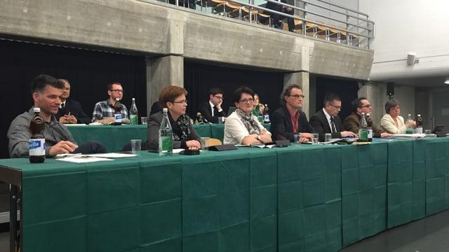 Stadrat inklusive Geri Müller hinter Tisch mit grünem Tischtuch.
