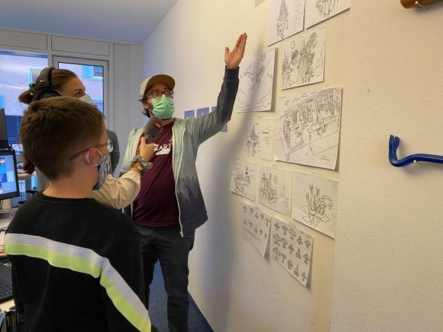 Jeremy zeigt Clemens die Skizzen