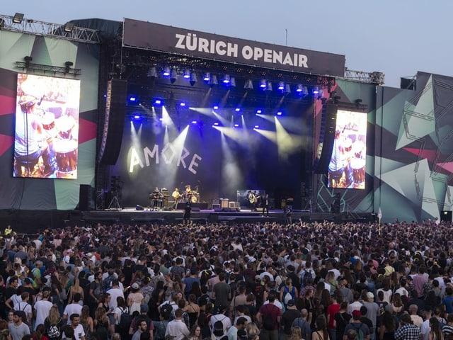 Besucher des Zürich Openairs 2019, auf der Bühne die Band Wanda