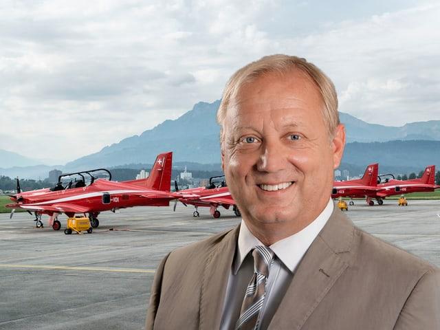 Peter Protschi in einer Montage auf dem Flugplatz Emmen.