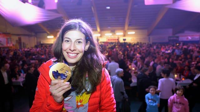 Dominique Gisin präsentiert ihre Goldmedaille.