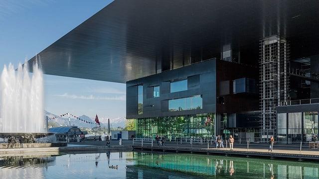 Blick auf ein modernes Gebäude.