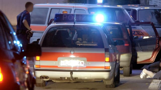 Polizeiautos bei einem Einsatz.