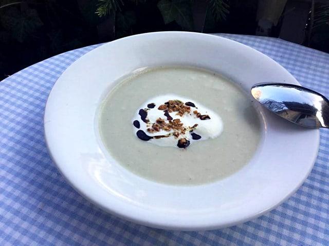Teller mit Topinambur-Schwarzwurzel-Suppe