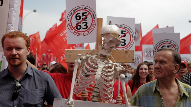 Demonstranten mit einem Skelett in Moskau.