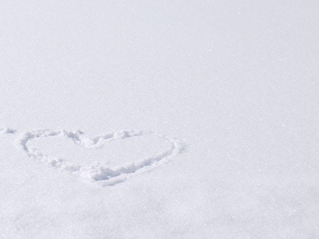 Schneefläche mit eingezeichnetem Herz