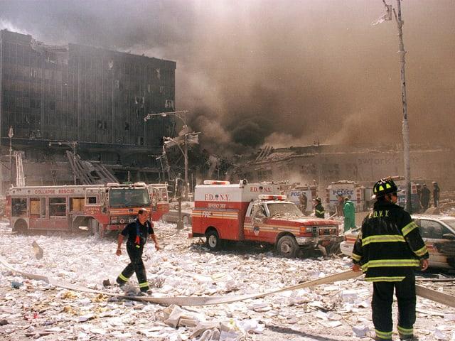 Mitarbeiter der Feuerwehr stehen in Manhattan nach den Anschlägen auf die Twin Towers.