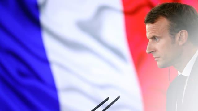 Emmanuel Macron vor einer Flagge Frankreichs