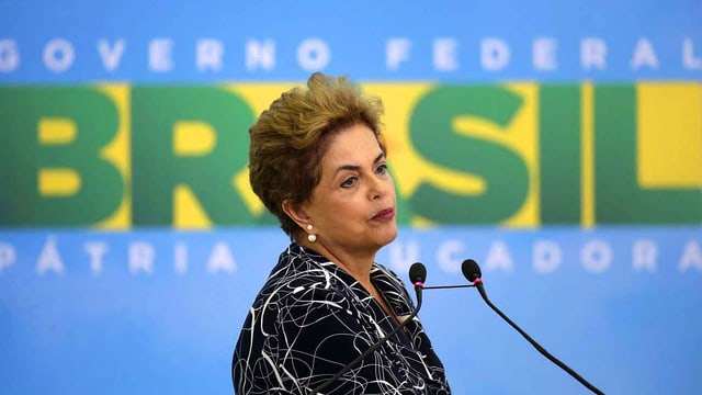 Rousseff vor Mikrofon