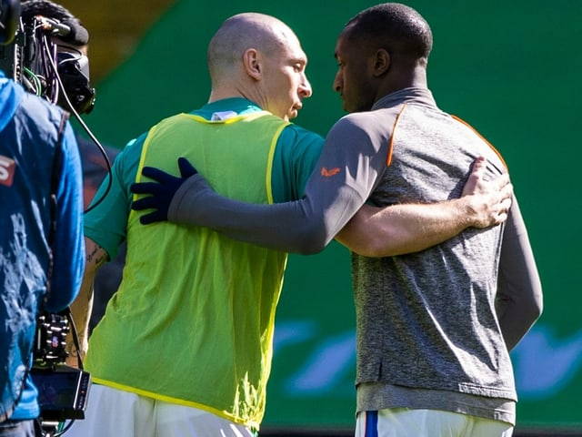 Celtics Scott Brown mit Glen Kamara von den Rangers.