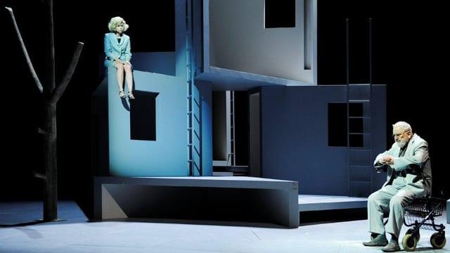 Eine Frau und ein Mann auf der Bühne im Luzerner Theater.